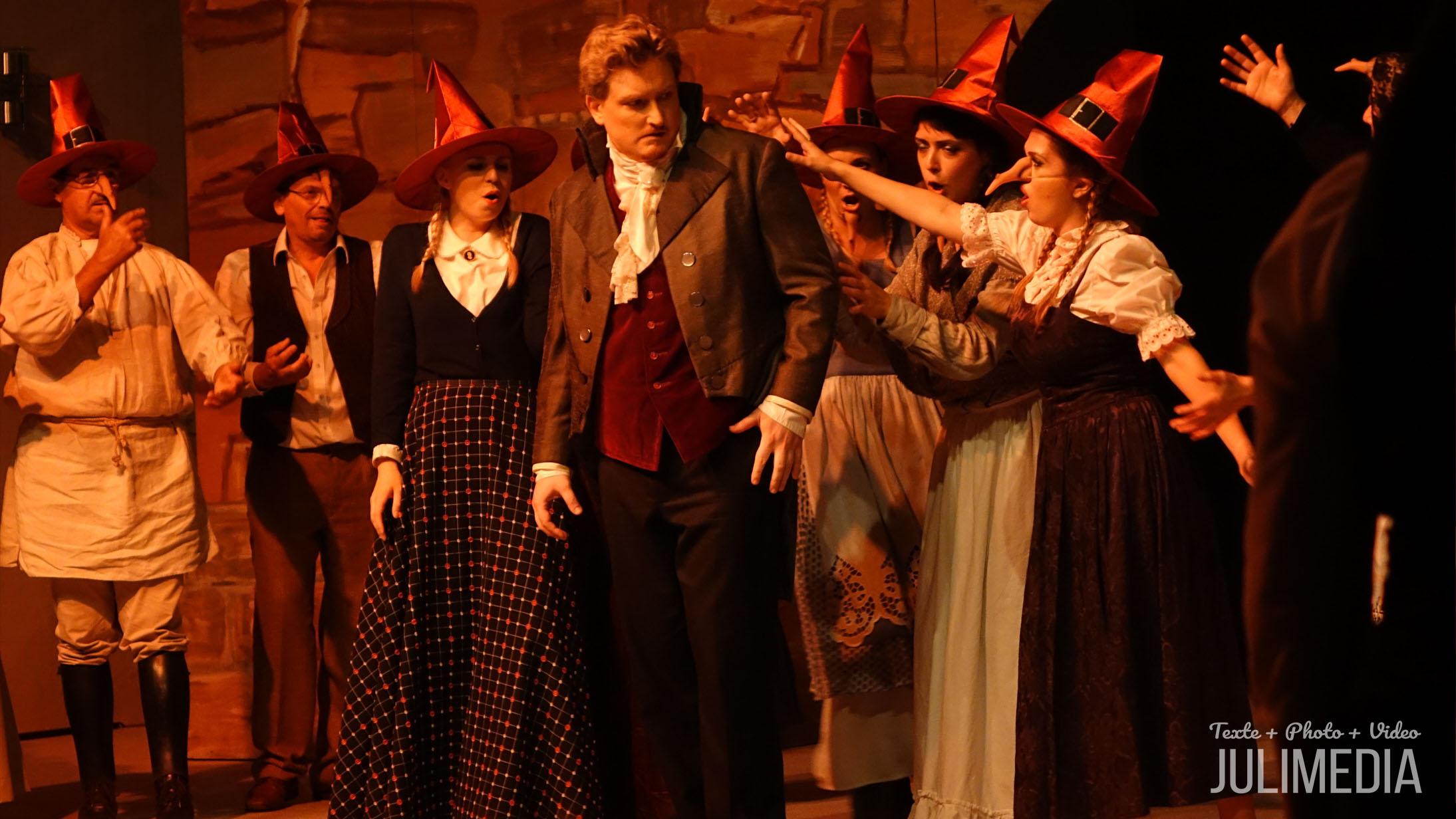 """Faust umzingelt von Hexen. Die Oper """"Faust"""" hat am 11. August im Marstall  in Wernigerode Premiere gefeiert."""