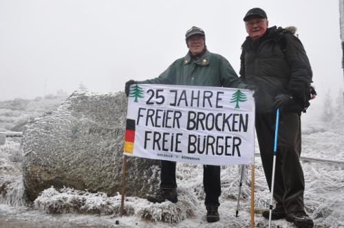 Brocken-BBrocken-Benno feiert den 25. Jahrestag des Mauerfalls auf dem Brocken. Foto: Julia Brunsenno feiert den 25. Jahrestag des Mauerfalls auf dem Brocken.