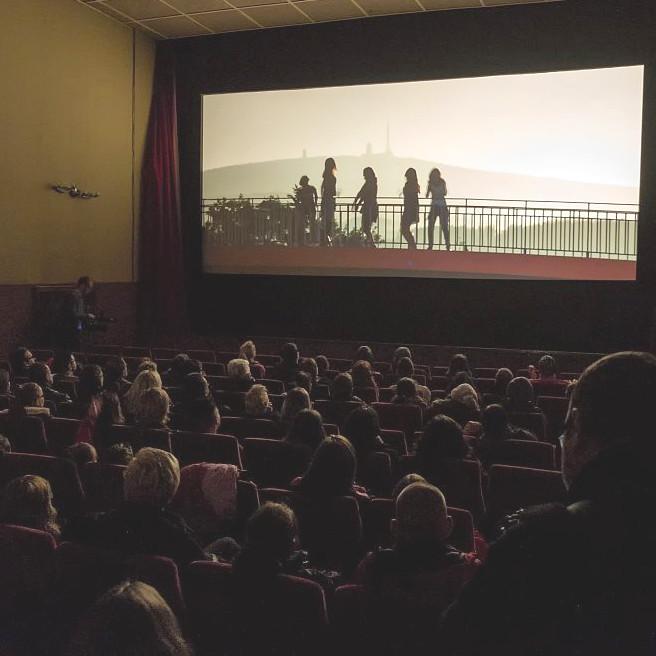 Prall gefüllter Kinosaal in den Volks-Lichtspielen in Wernigerode zur Premiere der
