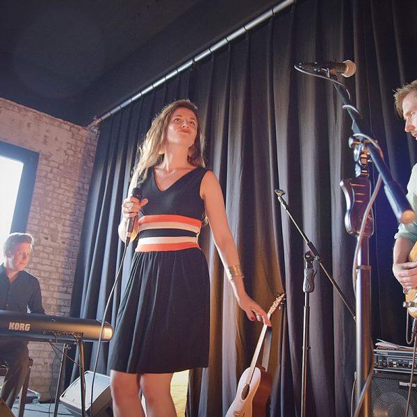 Konzertfoto vom Eröffnungskonzert in der Turbine 19 in Wernigerode, dem alten E-Werk der Stadtwerke Wernigerode. Mit Stephanie Neigel und Band. Foto: Julia Bruns