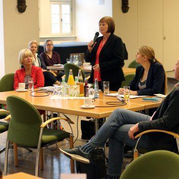 JUlia Bruns moderiert eine Debatte mit Cornelia Lüddemann, Gabriele Brakebusch, Reiner Schomburg und Swen Knöchel im Wernigeröder Rathaus. Thema ist die Landesverfassung, die 2017 25 Jahre alt wird. Foto: Matthias Bein